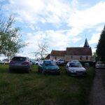 Les voitures stationnées devant la chapelle